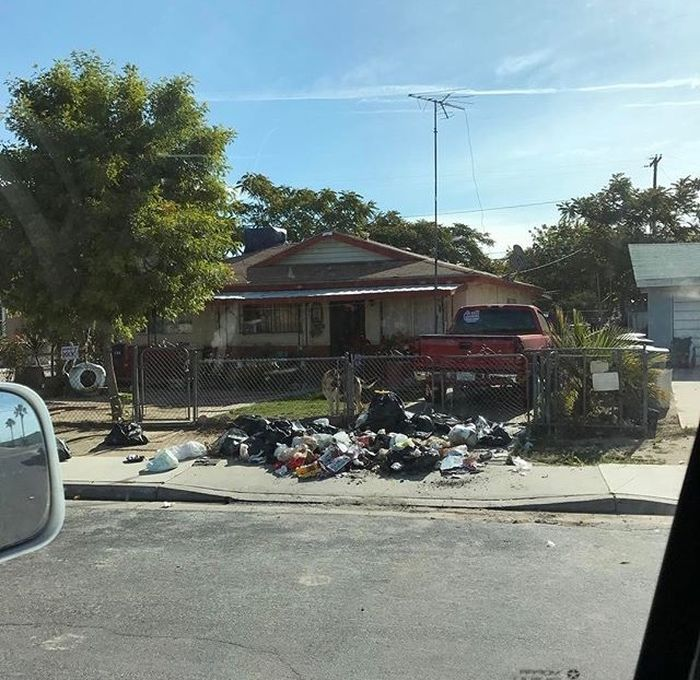 Раздумья были недолгими. Загрузив весь мусор в свой пикап, он поехал по адресу и вывалил всё это дерьмо прямо у дома идиота. быдло, мусор, прикол, свалка