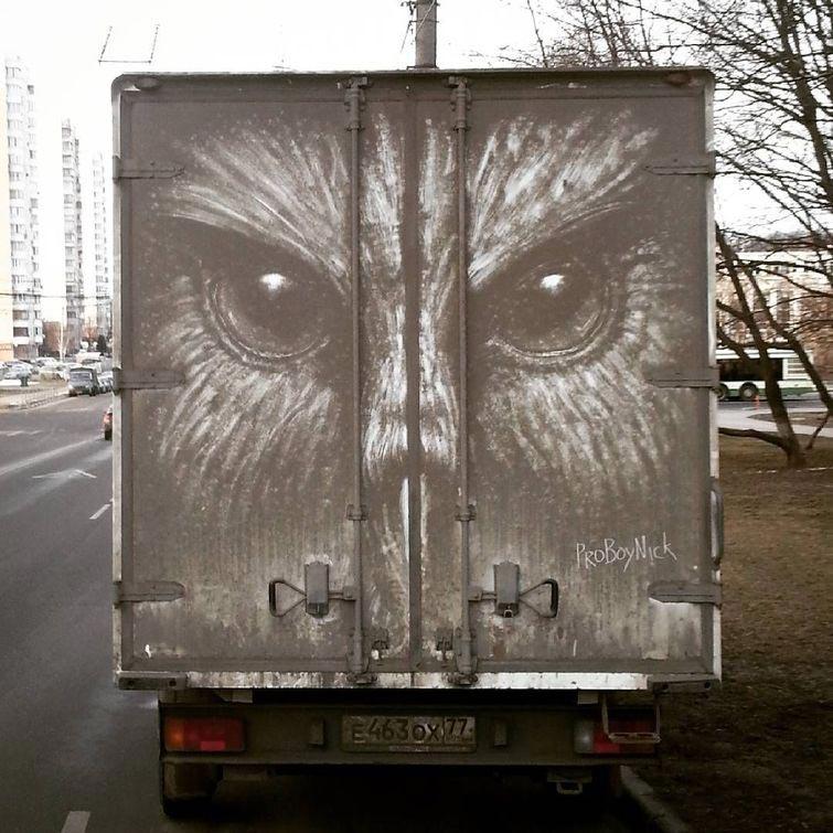 Никита Голубев, рисует из автомобильной грязи, рисунки на грязных автомобилях