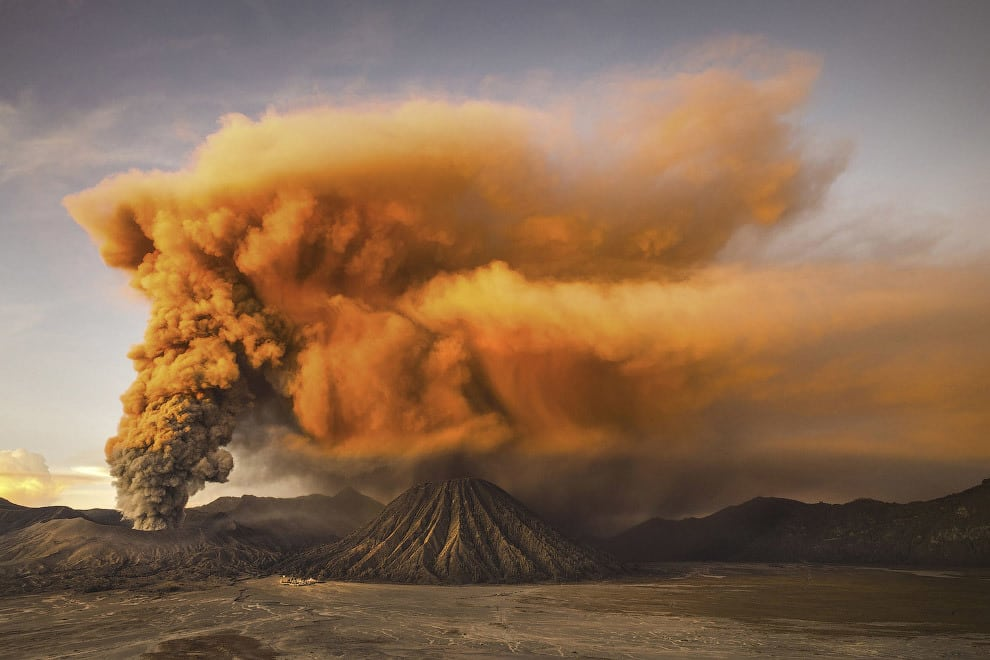 Действующий вулкан Бромо в Индонезии