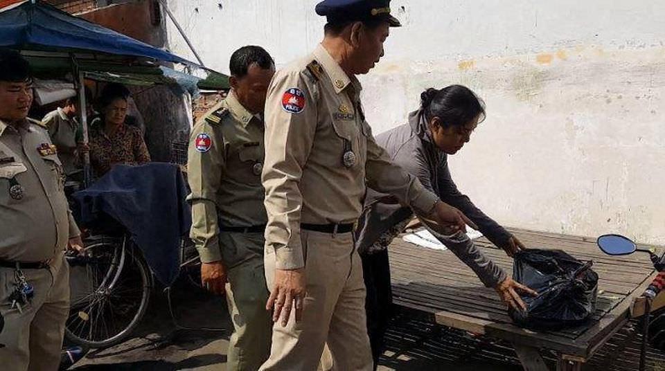 В Камбодже женщина украла ребенка у подруги, засунула его в мешок
